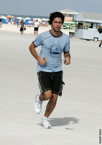 Adrian Grenier jogs into 2008!