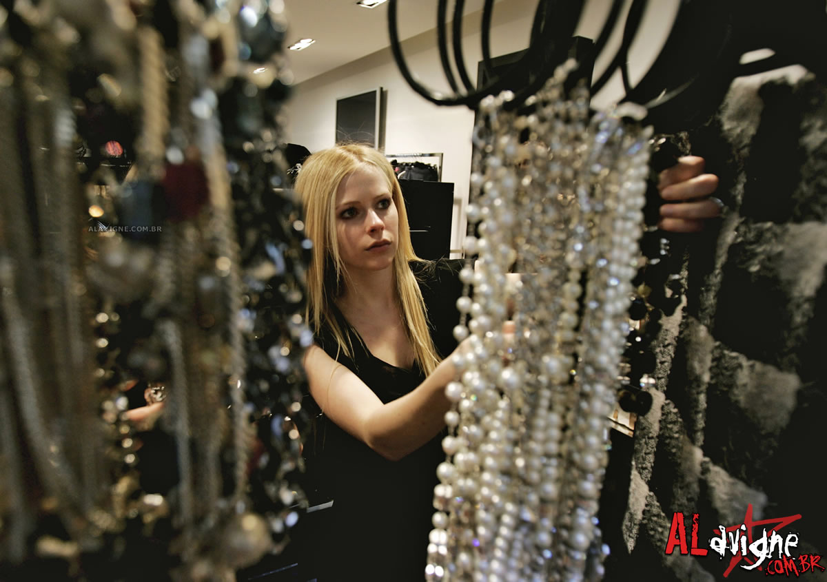 http://images.fanpop.com/images/image_uploads/Chanel-Photo-Shoot-avril-lavigne-240816_1200_845.jpg