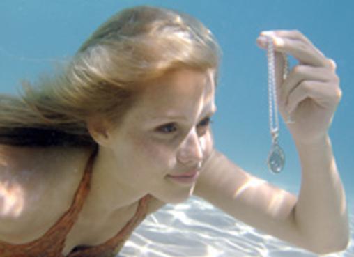 http://images.fanpop.com/images/image_uploads/Emma-finds-the-1st-locket-h2o-just-add-water-656095_508_369.jpg