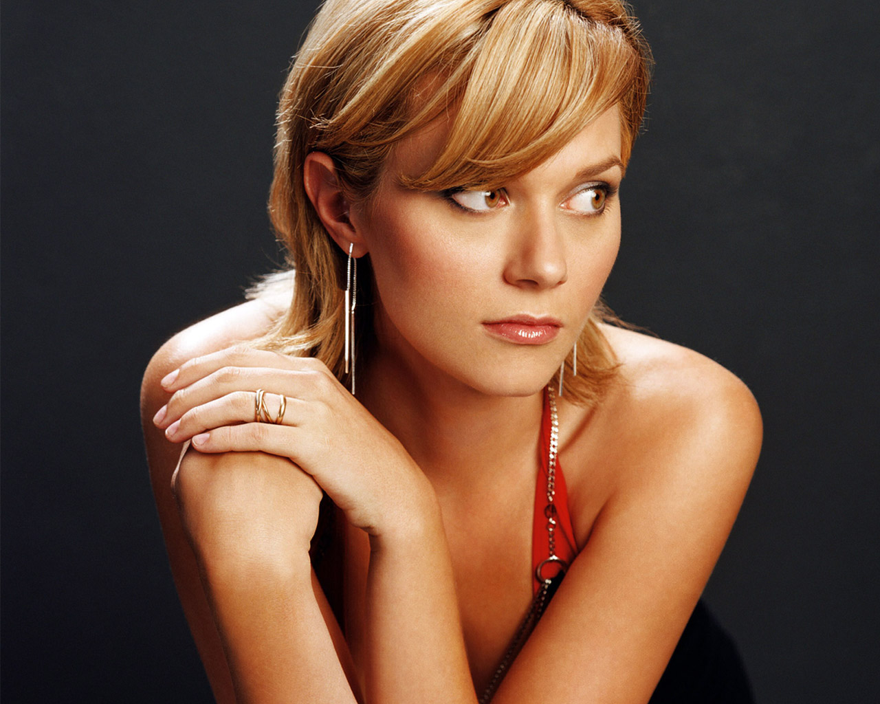 http://images.fanpop.com/images/image_uploads/Hilarie-Burton-peyton-sawyer-652474_1280_1024.jpg