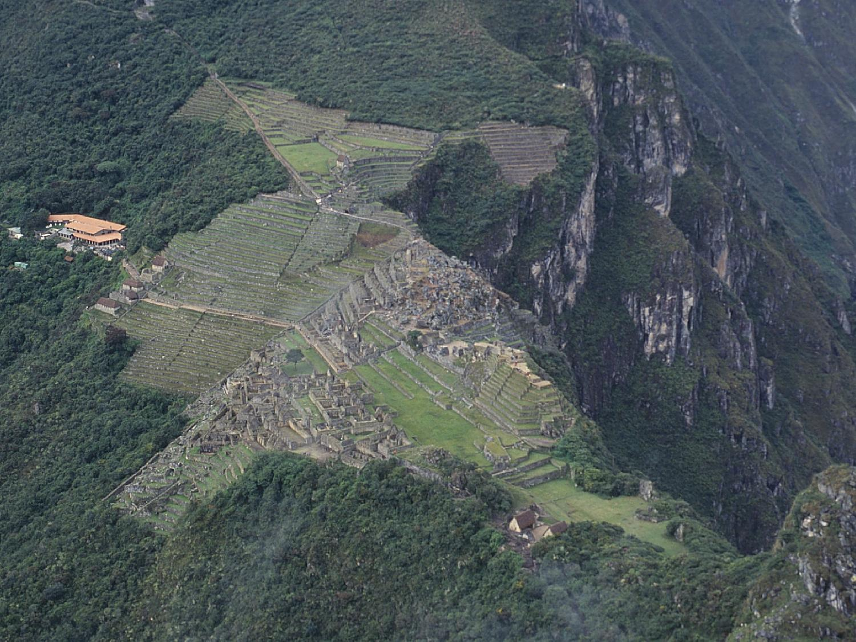 ワイナピチュから見下ろすマチュピチュ遺跡の壁紙