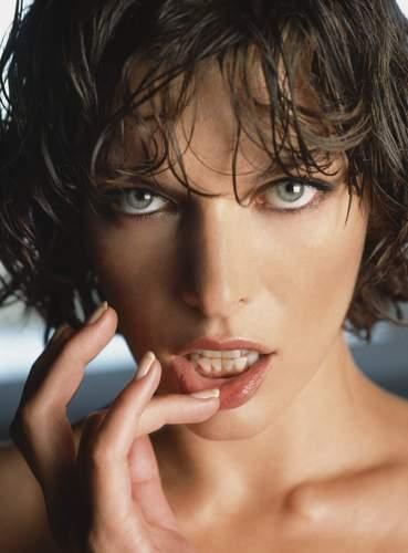 Milla Jovovich karatasi la kupamba ukuta entitled Milla Jovovich