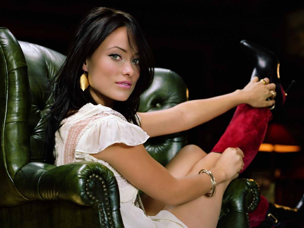 фото девушек брюнеток в кресле