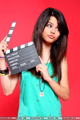 Jeu 2:trouver l'image qu'on vous demande - Page 9 Selena-Gomez-selena-gomez-387922_333_500