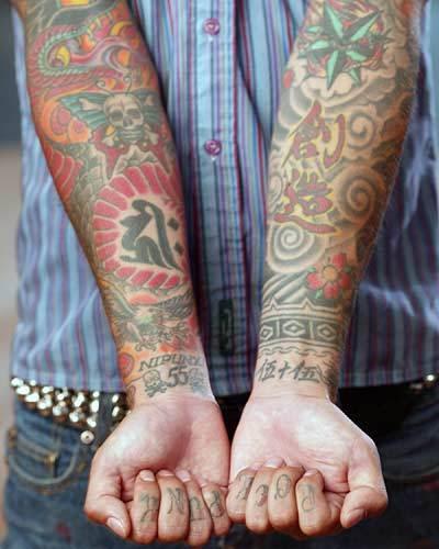 Ce ziceti fetelor le plac baieti cu tatuaje vreau sa zic multe tatuaje