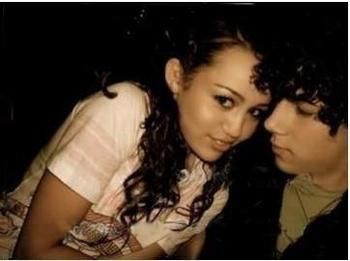 Miley Cyrus and Nick Jonas wolpeyper called nick-miley