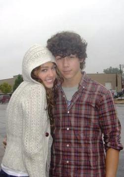 Miley Cyrus and Nick Jonas 바탕화면 entitled nick-miley