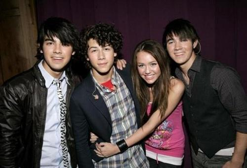 Miley Cyrus and Nick Jonas 바탕화면 called nick-miley