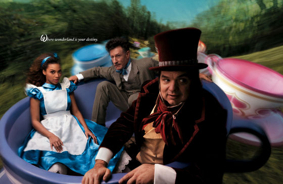 Spinning in a taza para té, taza de té are beyonce Knowles as Alice, Oliver Platt as the Mad Hatter and Lyle Lovett as the March liebre