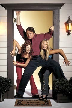 Paul Hennessy (John Ritter) with his daughters Bridget (Kaley Cuoco) and Kerry (Amy Davidson)