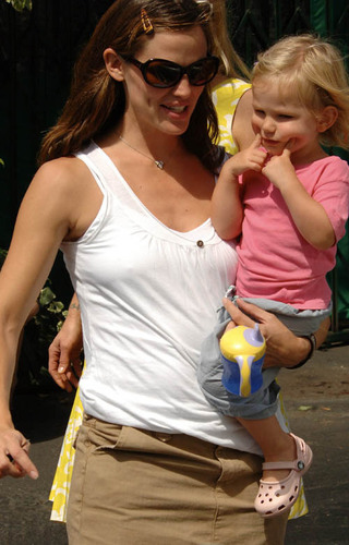 Jennifer & Daughter violeta